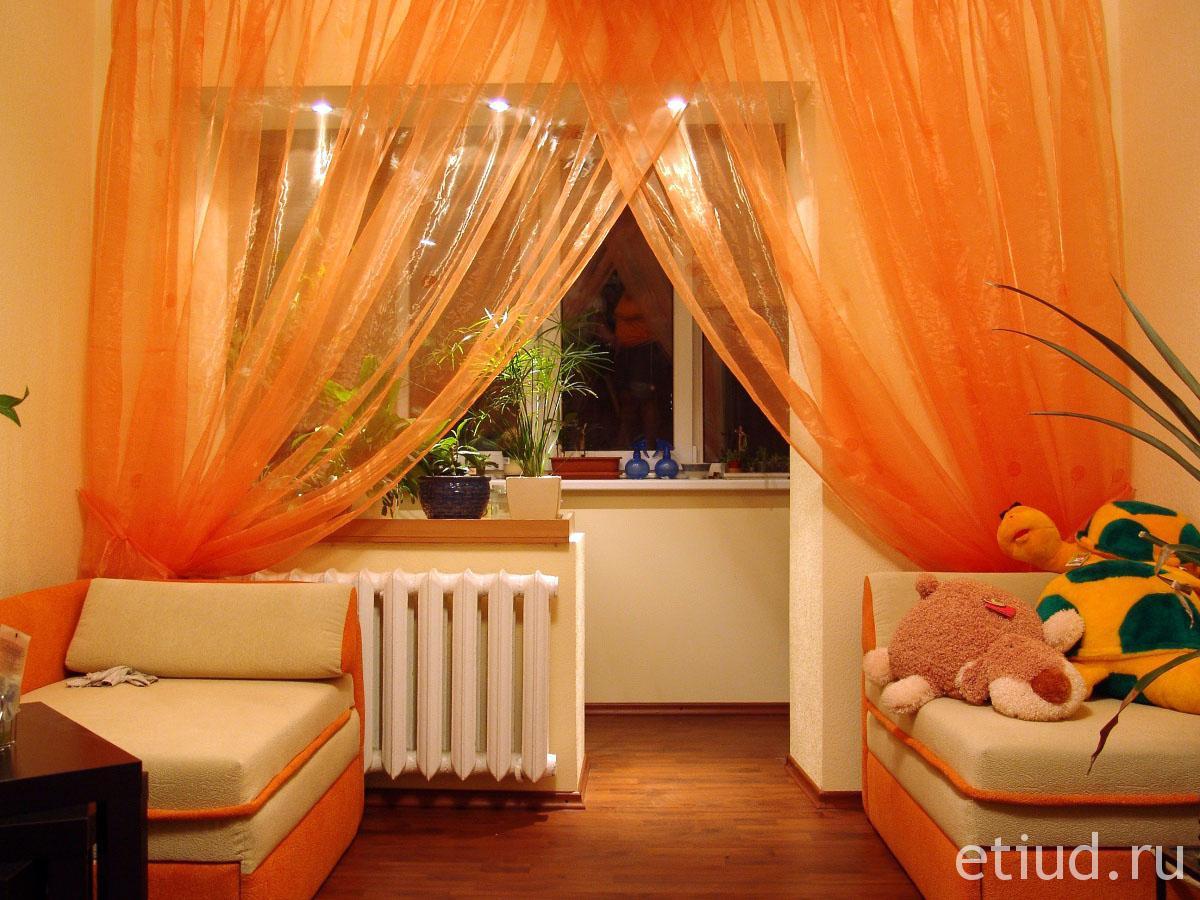 Пример интерьера зала с балконом без окна..