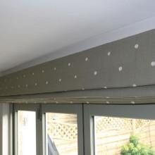 Стильные современные римские шторы на кухню