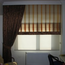 Сочетание римских штор и классических для гостиной комнаты